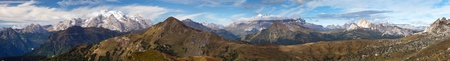 di: Panoramic view from Passo Giau to Sella gruppe and Marmolada, Dolomites Alps Mountains, Italy