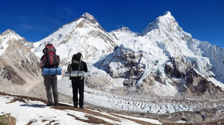 highlander: Himalayas mountains view of Mount Everest, Lhotse and Nuptse from Pumo Ri base camp with two tourists on the way to mount everest base camp, Sagarmatha national park, Khumbu valley, himalaya, Nepal Foto de archivo