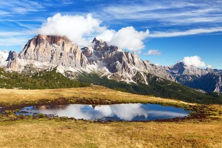alpen: View from passo Giau, Tofana or Le Tofane Gruppe, mountain mirroring in lake, Dolomites, Italy