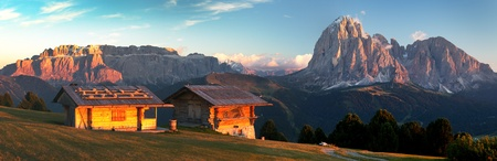 alpen: Evening panoramic view of two small cabin, Sella Gruppe or Gruppo di Sella and Langkofel, South Tirol, Italian dolomites mountains, Italy