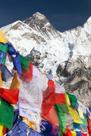 Ansicht des Mount Everest mit buddhistischen Gebetsflaggen von Kala Patthar, Weise zum Everest-niedrigen Lager, Sagarmatha Nationalpark, Khumbu Tal, Solukhumbu, Nepal Himalaja Standard-Bild - 82119311
