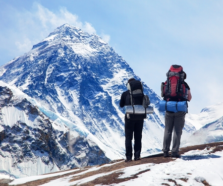 Panoramic view of Mount Everest from Kala Patthar with two tourists on the way to Everest base camp, Sagarmatha national park, Khumbu valley - Nepal Imagens