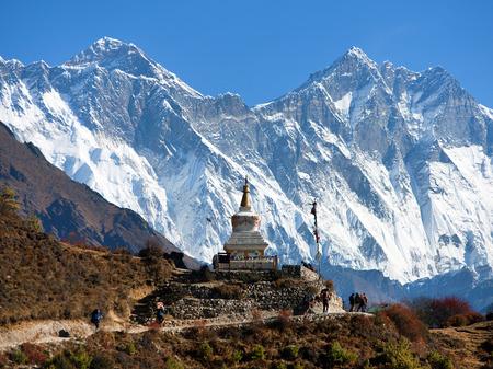 ナムチェ ・ バザールとエベレスト、ローツェ、ヌプツェの南近くの仏塔岩顔 - エベレスト ベース キャンプへの方法 - ネパール 写真素材
