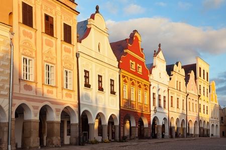 Telc 또는 Teltsch 타운 광장, 체코 공화국의 저녁 붉은 색 색깔의보기.