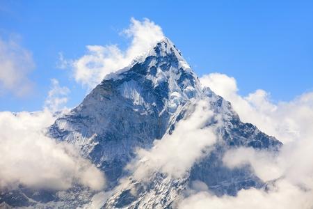 Mont Ama Dablam dans les nuages, chemin vers le camp de base de l'Everest, vallée de Khumbu, parc national de Sagarmatha, région de l'Everest, Népal Banque d'images
