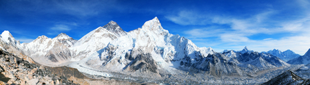 himalaya, panoramic view of himalayas mountains, Mount Everest with beautiful sky and Khumbu Glacier - way to Everest base camp, Khumbu valley, Sagarmatha national park, Nepal Himalazas mountains Banco de Imagens