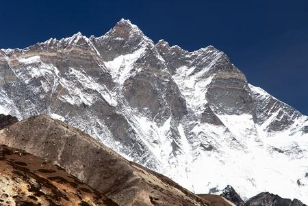 View of top of mount Lhotse south rock face, Sagarmatha national park, Khumbu valley, Nepal Himalayas mountains Standard-Bild - 109641923