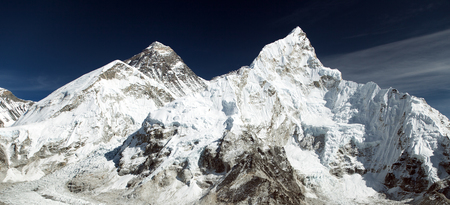 Panoramic view of himalayas mountains, Mount Everest and Nuptse from Kala Patthar - way to Everest base camp, Khumbu valley, Sagarmatha national park, Nepalese himalayas 免版税图像