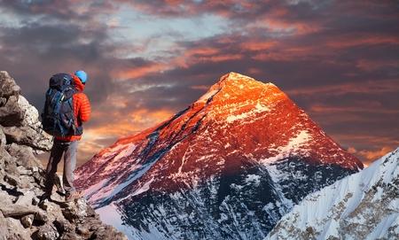 Wieczór kolorowy widok z doliny Gokyo z turystą w drodze do obozu bazowego Everest, park narodowy Sagarmatha, dolina Khumbu, góry Himalaje Nepalu
