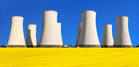 Tour de refroidissement de la centrale nucléaire de Jaslovske Bohunice avec champ de floraison dorée de colza, de canola ou de colza, Slovaquie, deux possibilités de production d'énergie électrique, vue panoramique