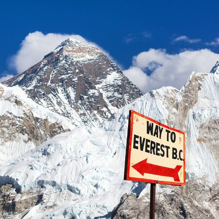 signpost way to mount everest b.c. and top of mount everest, nepal himalayas mountains Standard-Bild