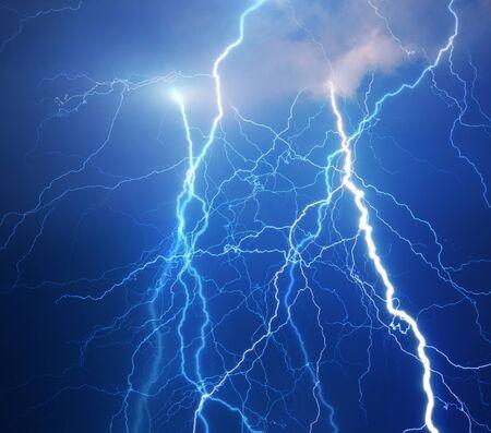 rayo electrico: Densas nubes que traen truenos, relámpagos y tormentas
