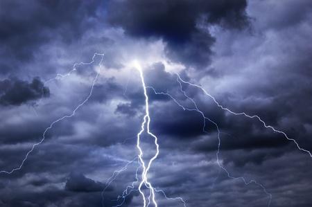 temp�te: De lourds nuages ??apportant tonnerre, des �clairs et des temp�tes Banque d'images