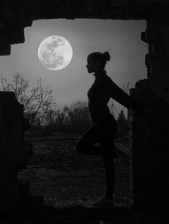 noche y luna: Muchacha hermosa que trabaja bajo la luz de la luna.