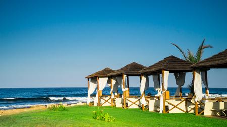 hospedaje: Hermosa playa romántica con cabañas vacías Foto de archivo