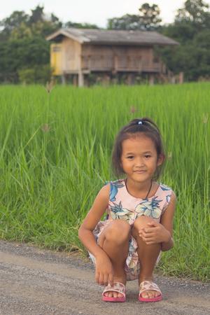 niños actuando: muchacha de los niños asiático del arroz verde presentado Foto de archivo