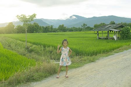 niños actuando: Niños asiáticos en campo de arroz verde con doi hua sie Chomthong Chiang Mai