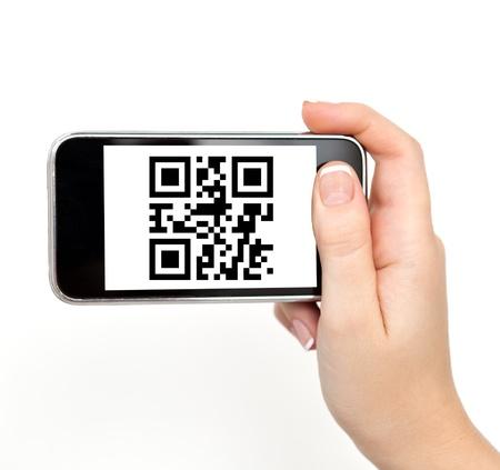 barcode scan: mano de la mujer aislada sostener el tel�fono con el c�digo de QR Foto de archivo