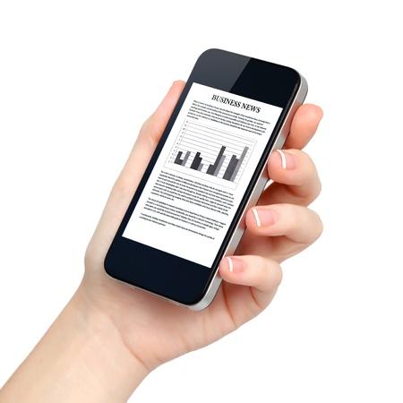 manos: mano femenina aislado sostiene el teléfono tableta táctil artilugio informático con noticias de negocios en pantalla Foto de archivo