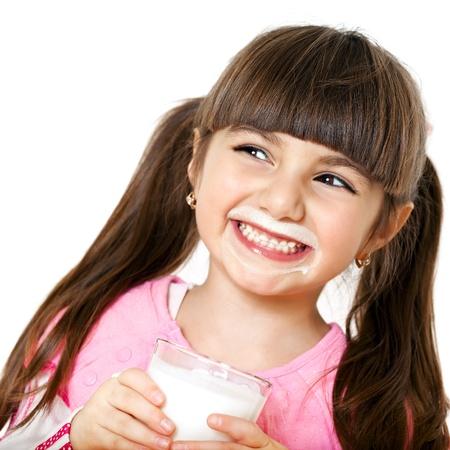 leche y derivados: hermosa ni�a sonriente con un vaso de leche Foto de archivo