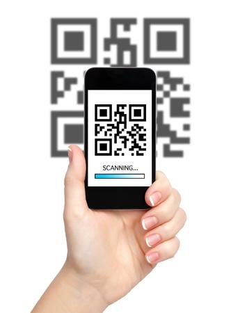 codigos de barra: mano de la mujer sostiene un tel�fono con c�digo QR en la pantalla y el fondo con una franja azul barrido Foto de archivo