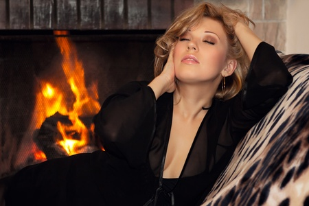 cabello casta�o claro: Chica sexy acostado junto a la chimenea en el nuevo a�o