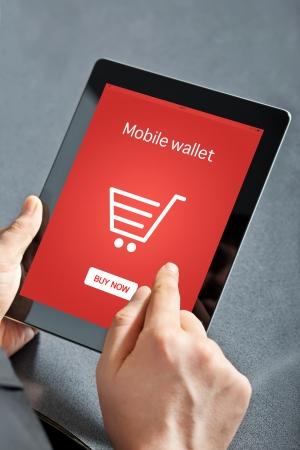 fiestas electronicas: hombre de negocios con un equipo Tablet PC y hace que las compras en l�nea Foto de archivo