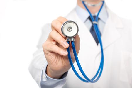 Le médecin en blouse blanche tenant un stéthoscope