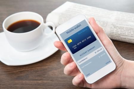 Zakenvrouw hand die een telefoon met mobiele portemonnee onlain winkelen op het scherm in het kantoor Stockfoto - 25488060