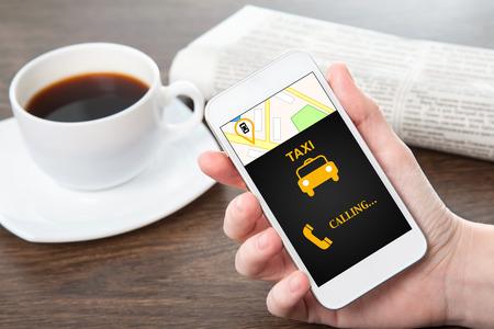 사업가 손 사무실에서 테이블의 배경 인터페이스 택시로 전화를 들고