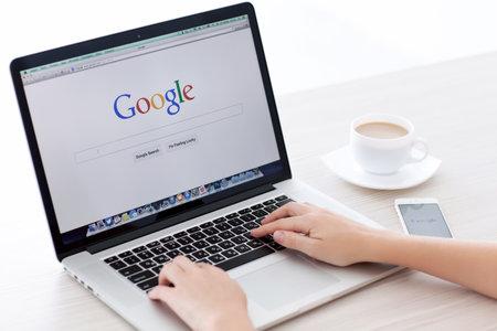 Simferopol, Rusland - 22 juni 2014 Google de grootste zoekmachine op internet Google com domeinnaam is geregistreerd 15 september 1997