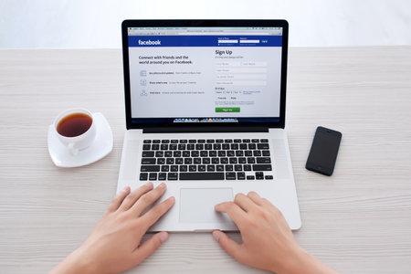 Simferopol, Rusland - 13 juli 2014 Facebook het grootste sociale netwerk ter wereld Het werd in 2004 opgericht door Mark Zuckerberg en zijn kamergenoten tijdens de training aan de Harvard University