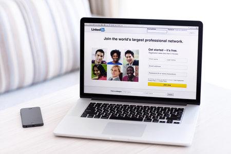 Simferopol, Rusland - 13 juli 2014 LinkedIn is een sociaal netwerk voor het zoeken en vestiging van zakelijke contacten Het is opgericht in 2002