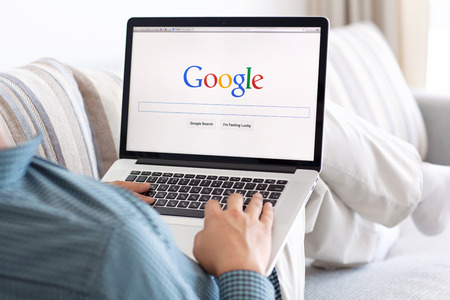 Simferopol, Rusland - 13 juli 2014 Google de grootste zoekmachine op internet Google com domeinnaam is geregistreerd 15 september 1997
