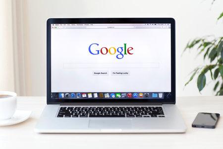 Simferopol, Rusland - 7 augustus 2014 Google de grootste zoekmachine op internet Google com domeinnaam is geregistreerd 15 september 1997