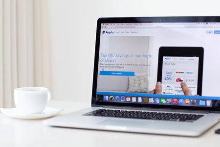 Simferopol, Rusland - 7 augustus 2014 PayPal de grootste exploitant van elektronisch geld het werd opgericht in 1998 PayPal is de meest populaire manier van het ontvangen en verzenden van het internet van de betalingen op de eBay-veiling Redactioneel