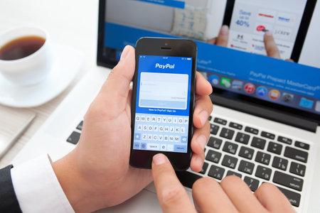 Simferopol, Rusland - 10 augustus 2014: PayPal exploitant van elektronisch geld het werd opgericht in 1998. PayPal is de meest populaire manier van het ontvangen en verzenden van het internet van de betalingen op de eBay-veiling. Redactioneel