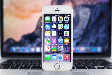 Simferopol, Rusland - 19 september 2014: Apple iPhone 5S weergeven van iOS 8 homescreen. iOS 8 mobiele besturingssysteem ontworpen door Apple Inc is een aanstaande 17 september 2014. Redactioneel
