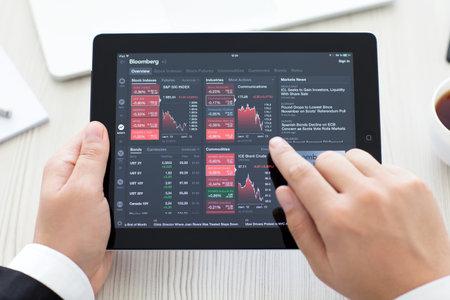 Simferopol, Rusland - 13 september 2014: Bloomberg de toonaangevende leverancier van financiële informatie voor de professionele deelnemers aan de financiële markten.