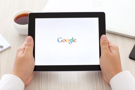 google: Simferopol, Rusia - 13 de septiembre 2014: Google motor de b�squeda en Internet m�s grande. Dominio Google.com fue registrado 15 de septiembre 1997. Editorial