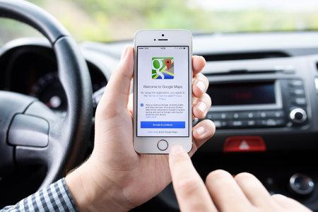 dotykový displej: Simferopol, Rusko - 22 září 2014: Google Maps zdarma kartografická služba společnosti Google. Je vytvořen v roce 2005. Redakční