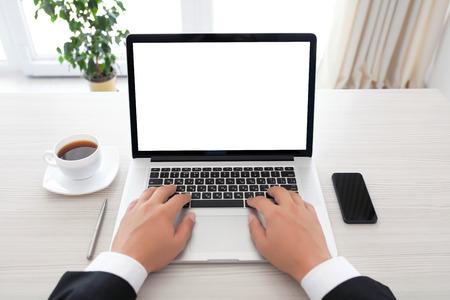 zakenman zit achter een laptop met geïsoleerde scherm in het kantoor