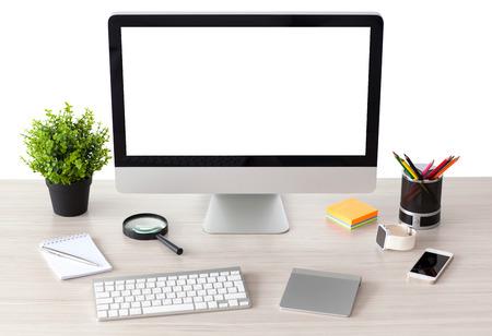 computer met geïsoleerde scherm staat op de tafel in het kantoor met telefoon en horloge