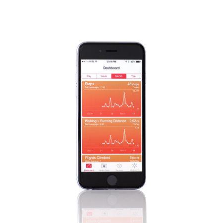 Alushta, Rusland - 11 november 2014: Nieuwe iPhone 6 Space Gray met Apple dienst Gezondheid op het scherm. iPhone 6 werd gecreëerd en ontwikkeld door Apple inc. Redactioneel