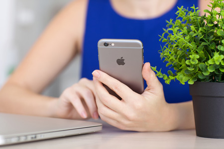 Alushta, 러시아 - 2014 년 12 월 3 일 : 여자 손에 들고 새로운 아이폰 6 공간 회색. iPhone 6은 Apple Inc.에서 개발 및 개발했습니다.