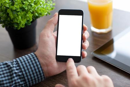 Man die een telefoon met geïsoleerde scherm over het bureau in het kantoor Stockfoto - 37230268