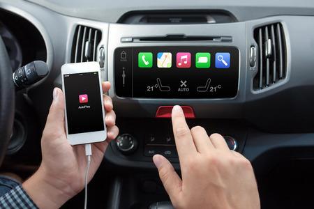 dotykový displej: Muž připojení telefonu s automatickým hry do systému automobilů médií Reklamní fotografie