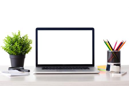 počítač: přenosný počítač s izolovanou obrazovkou stojí na stole v kanceláři s telefonem a hodinky