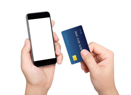 tarjeta de credito: Manos masculinas que sostienen el tel�fono m�vil con pantalla aislado y tarjeta de cr�dito Foto de archivo