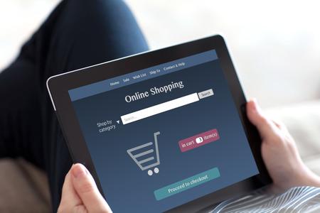 ソファとタブレット上にオンライン ショッピングに座っている女の子